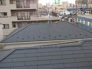 既存の屋根の上に金属屋根をはるカバー工法